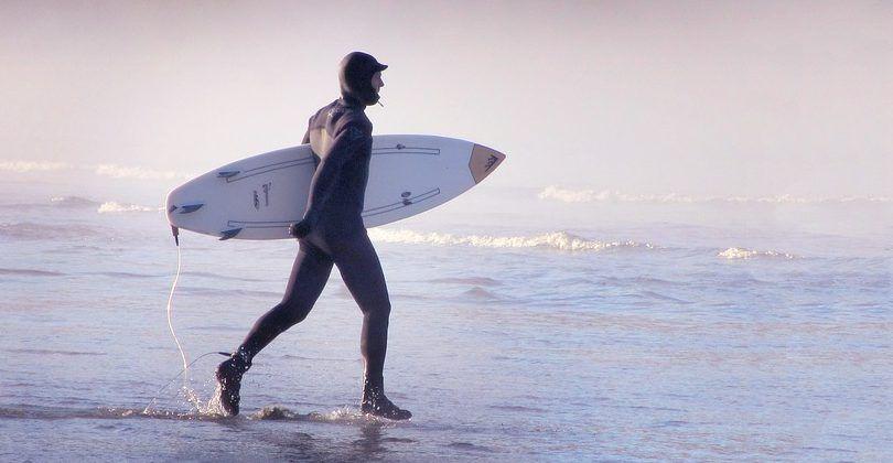 Debes aprender a elegir un traje de neopreno para practicar surf.