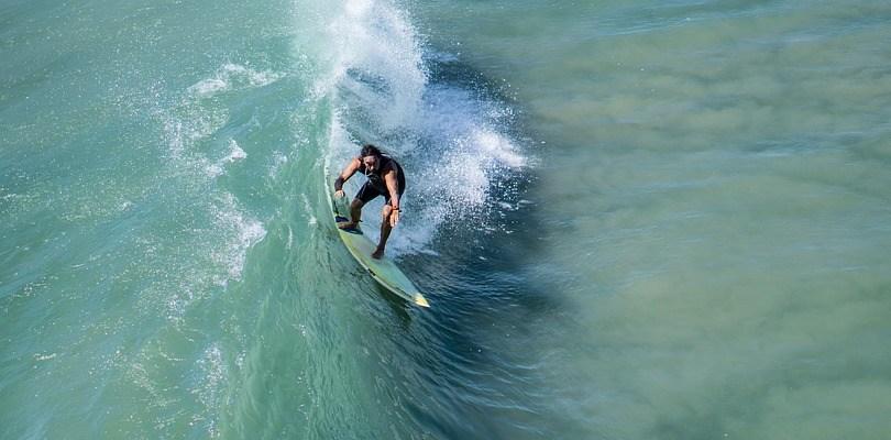 El surf es un deporte extremo.