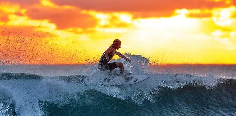 El surf es un deporte muy popular en estos tiempos y debes conocer su historia.
